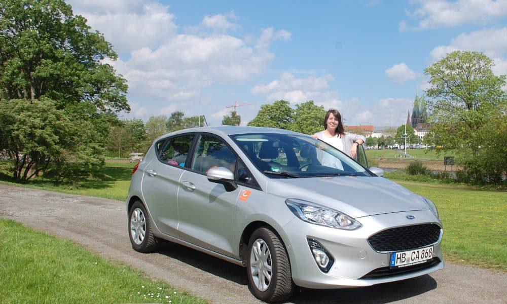 Der neue Ford Fiesta von cambio CarSharing vor der Stadtkulisse Bremens.