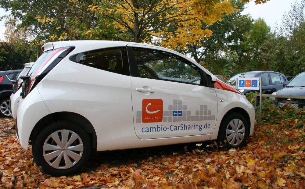 cambio-Auto im Herbstlaub