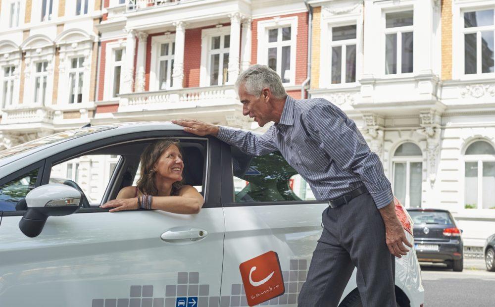 Frau und Mann an cambio-Auto