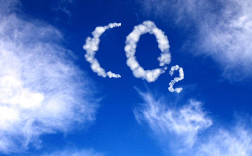 Himmel mit CO2-Schriftzug als Kondensstreifen