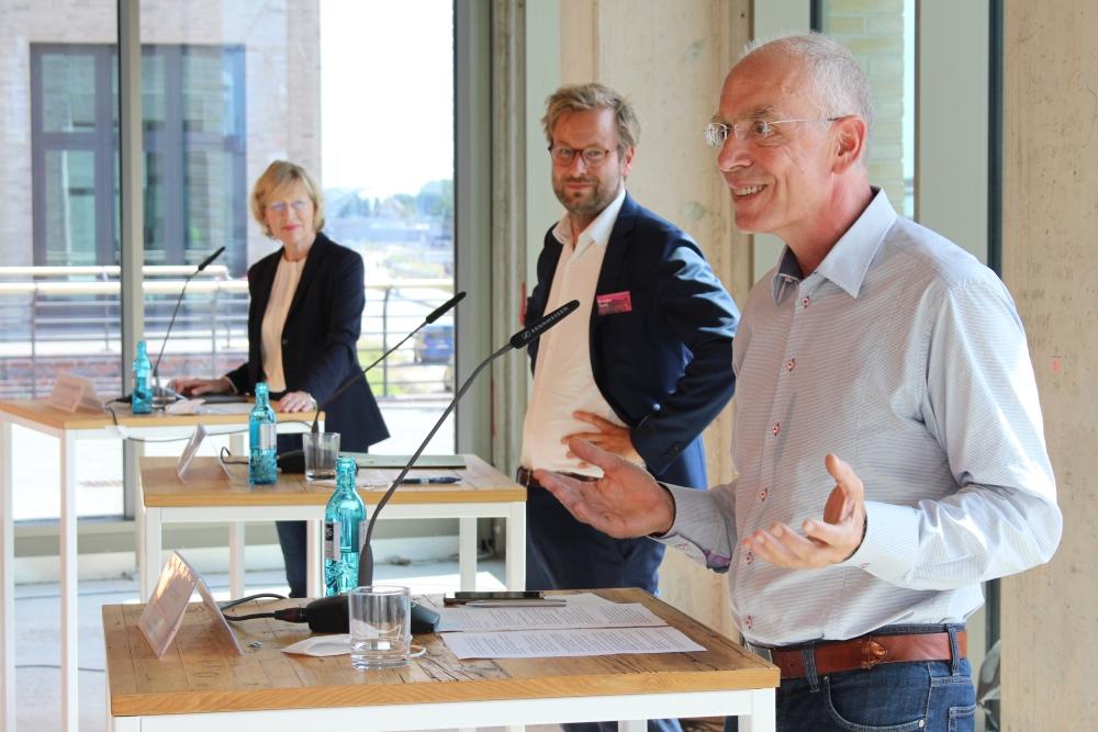 cambio-Geschäftsführer Joachim Schwarz gibt gemeinsam mit Senatorin Dorothee Stapelfeldt und Senator Anjes Tjarks den Startschuss für das Projekt in den Quartieren Baakenhafen und Elbbrücken.